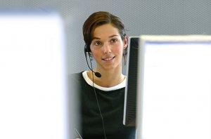 fox-on Leistungen - Bild unserer Supportmitarbeiterin, die aktuell in einem Gespräch mit einem Kunden ist und parallel etwas am PC recherchiert