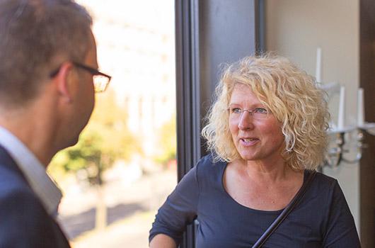Unsere Datenschutzexpertin Frau Völkner im Gespräch mit einem Kunden
